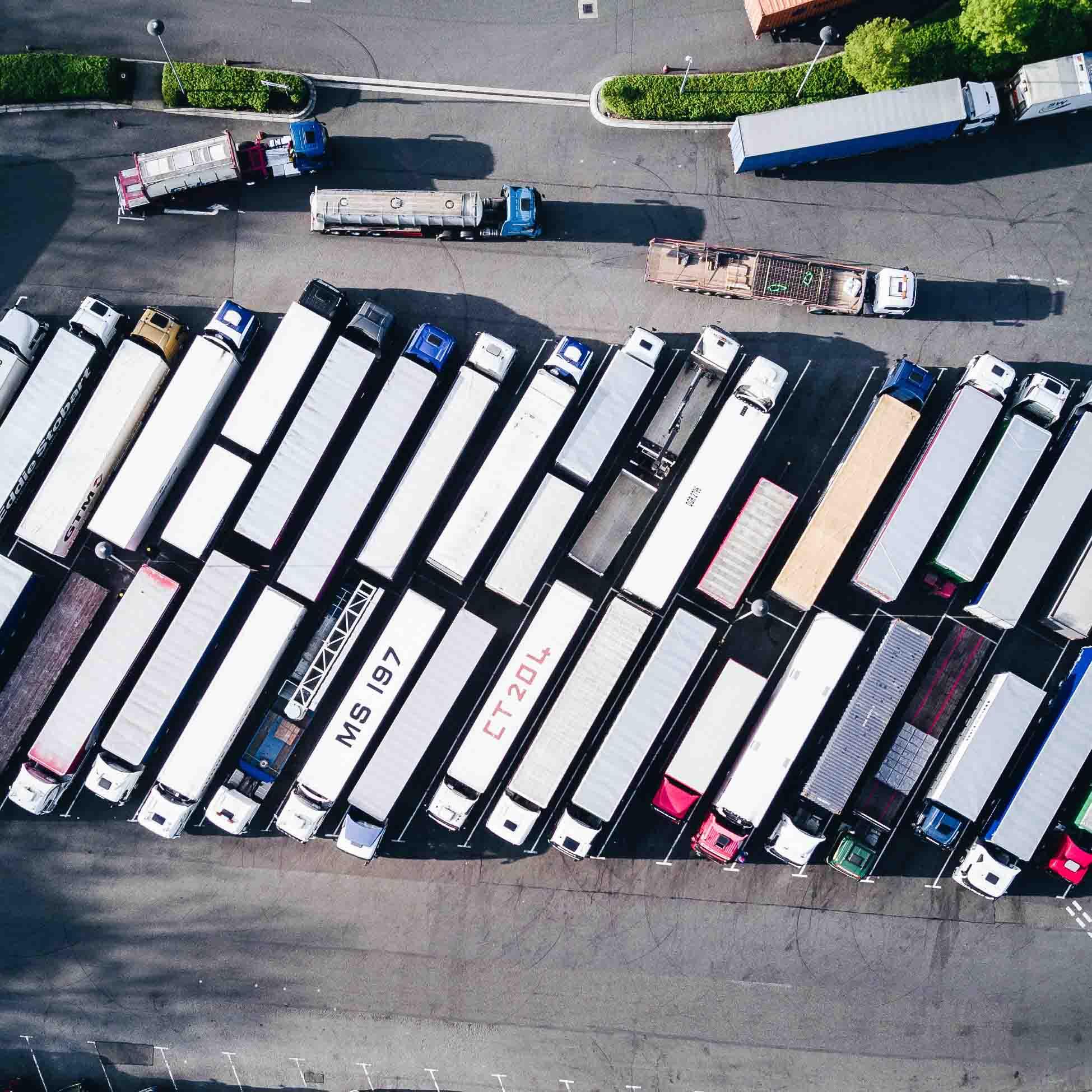 vrachtwagens-op-een-plek